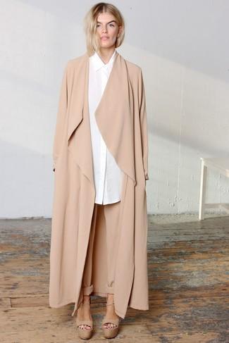 Comment porter: cache-poussière marron clair, chemise de ville blanche, pantalon carotte marron clair, sandales à talons en cuir épaisses marron clair