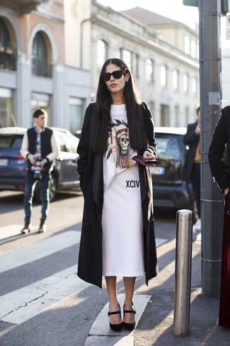 Associer un cache-poussière noir avec une jupe crayon blanche est une option confortable pour faire des courses en ville. Cette tenue se complète parfaitement avec une paire de des escarpins en daim noirs.