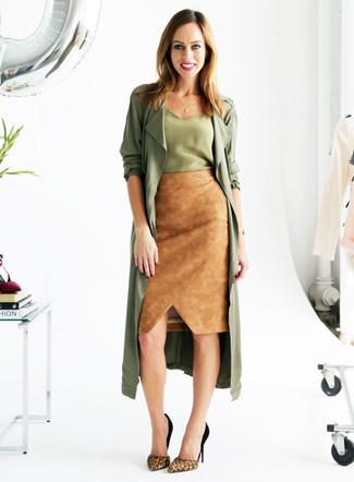 Comment porter: cache-poussière olive, débardeur en soie olive, jupe crayon en daim marron clair, escarpins en daim imprimés léopard marron clair