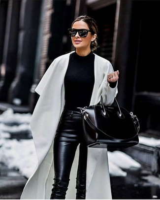 Comment porter: cache-poussière blanc, pull à col rond noir, pantalon slim en cuir noir, sac fourre-tout en cuir noir