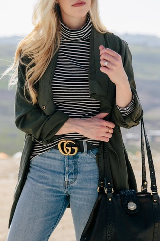 Comment porter: cache-poussière vert foncé, pull à col roulé à rayures horizontales noir et blanc, jean bleu clair, sac fourre-tout en cuir noir