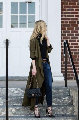 Comment porter: cache-poussière olive, pull à col roulé noir, jean skinny bleu marine, escarpins en cuir noirs