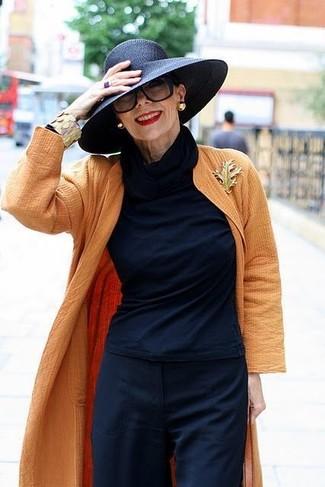 Comment porter: cache-poussière orange, pull à col roulé bleu marine, pantalon large bleu marine, chapeau de paille noir