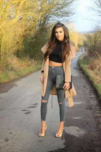 Comment porter: cache-poussière marron clair, pull court noir, jean skinny déchiré gris, sandales spartiates en cuir beiges
