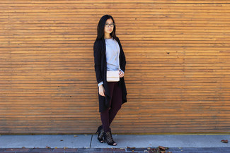 Choisis un cache-poussière noir MICHAEL Michael Kors et un jean skinny bordeaux pour une tenue idéale le week-end. Habille ta tenue avec une paire de des bottines en daim découpées noires.