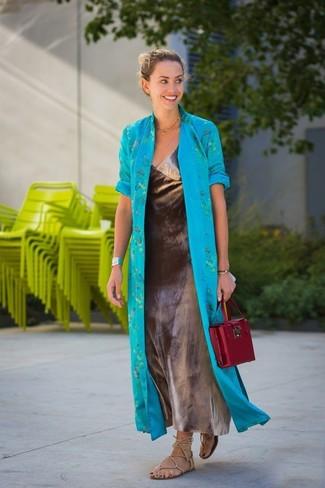 Comment porter: cache-poussière turquoise, robe longue argentée, sandales spartiates en cuir beiges, cartable en cuir bordeaux