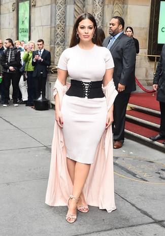 Comment porter: cache-poussière rose, robe moulante en tricot blanche, sandales à talons en daim roses, ceinture serre-taille élastique noire