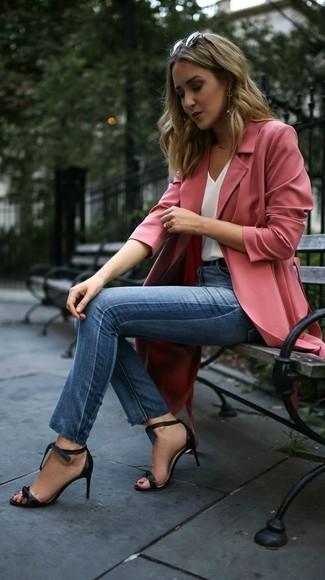 Comment porter: cache-poussière rose, débardeur en soie blanc, jean skinny bleu, sandales à talons en cuir noires