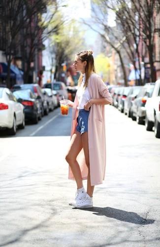 Comment porter: cache-poussière rose, pull à col roulé sans manches blanc, short en denim bleu, baskets montantes blanches