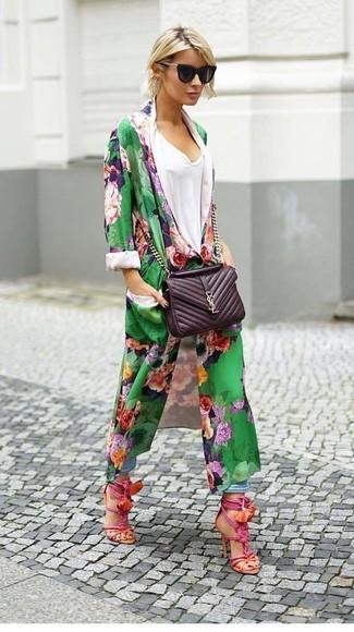 Comment porter un cache-poussière à fleurs vert: Pense à marier un cache-poussière à fleurs vert avec un jean boyfriend bleu clair pour une impression décontractée. Une paire de des sandales à talons en cuir fuchsia est une option astucieux pour complèter cette tenue.