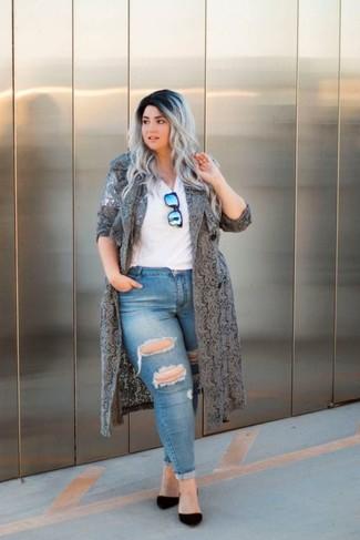 Comment porter: cache-poussière en dentelle gris, t-shirt à col en v blanc, jean skinny déchiré bleu, escarpins en daim noirs