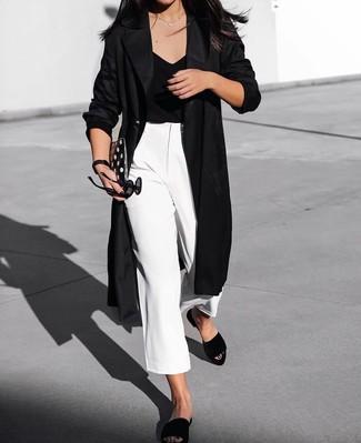 Essaie de marier un cache-poussière noir avec une jupe-culotte blanche et tu auras l'air d'une vraie poupée. Tu veux y aller doucement avec les chaussures? Assortis cette tenue avec une paire de des sandales plates en daim noires pour la journée.