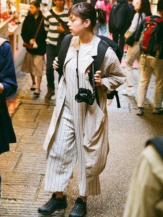 Comment porter: cache-poussière beige, t-shirt à col rond blanc, combinaison pantalon à rayures verticales grise, chaussures de sport noires