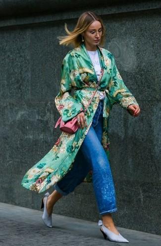 Comment porter un cache-poussière à fleurs vert: Choisis un cache-poussière à fleurs vert et un jean boyfriend bleu pour une tenue idéale le week-end. Une paire de des escarpins en cuir bleu clair est une option astucieux pour complèter cette tenue.