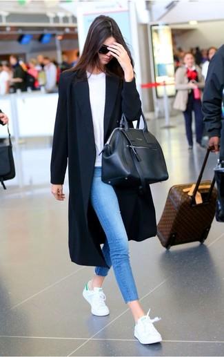 Pense à porter un cache-poussière noir et un jean skinny bleu et tu auras l'air d'une vraie poupée. Décoince cette tenue avec une paire de des baskets basses blanches.