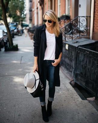 Ce combo d'un cache-poussière noir et d'un jean skinny bleu marine attirera l'attention pour toutes les bonnes raisons. Jouez la carte classique pour les chaussures et opte pour une paire de des bottines en daim noires.