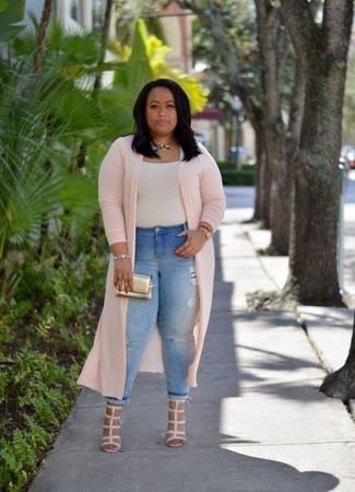 Comment porter des sandales à talons en cuir beiges: Essaie de marier un cache-poussière rose avec un jean skinny déchiré bleu clair pour un look confortable et décontracté. Cet ensemble est parfait avec une paire de des sandales à talons en cuir beiges.