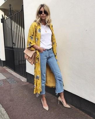 Comment porter: cache-poussière à fleurs moutarde, t-shirt à col rond blanc, jupe-culotte en denim bleu clair, escarpins en daim beiges