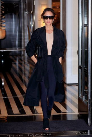 Comment porter: cache-poussière noir, t-shirt à col rond beige, leggings bleu marine, bottines en daim découpées noires