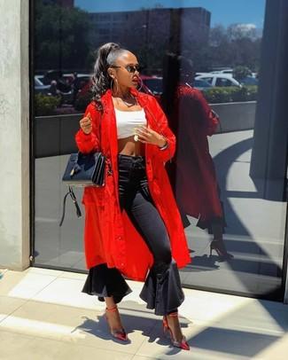 Comment porter: cache-poussière rouge, top court blanc, jean flare noir, escarpins en cuir rouges