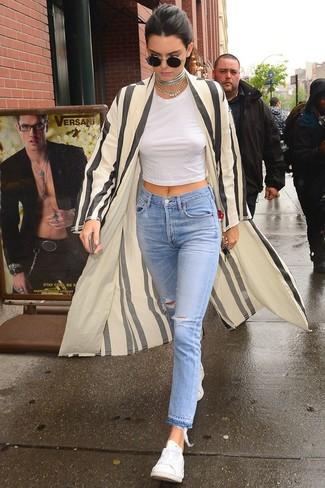 Comment porter un jean déchiré bleu clair: Opte pour un cache-poussière à rayures verticales beige avec un jean déchiré bleu clair pour une tenue relax mais stylée. Termine ce look avec une paire de des baskets basses blanches.