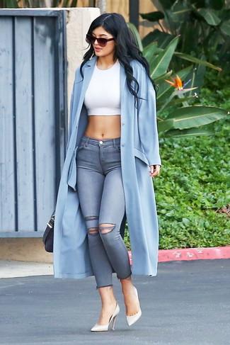Comment porter: cache-poussière bleu clair, top court blanc, jean skinny déchiré gris, escarpins en cuir blancs