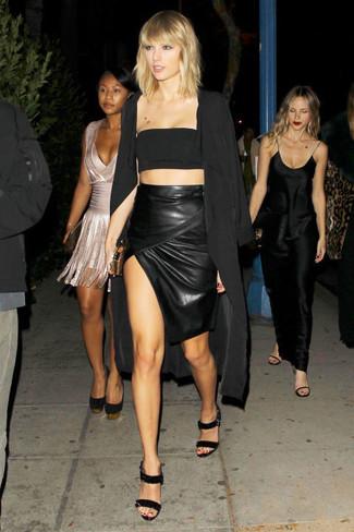 Harmonise un cache-poussière noir femmes MICHAEL Michael Kors avec une jupe crayon en cuir fendue noire pour une tenue confortable aussi composée avec goût. D'une humeur audacieuse? Complète ta tenue avec une paire de des sandales à talons en cuir noires.