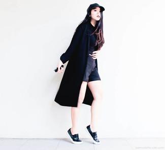 Pense à harmoniser un cache-poussière noir avec un short noir pour un look idéal le week-end. Cette tenue est parfait avec une paire de des baskets à enfiler en cuir noires.