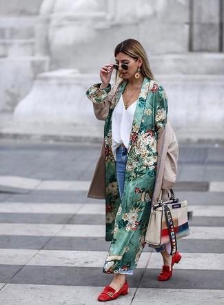 Comment porter un cache-poussière à fleurs vert: Marie un cache-poussière à fleurs vert avec un jean boyfriend déchiré bleu pour une impression décontractée. Une paire de des slippers en daim rouges est une façon simple d'améliorer ton look.