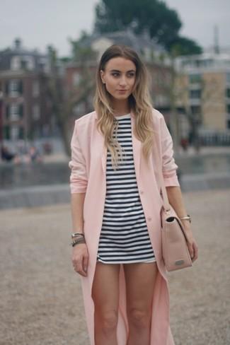 Comment porter: cache-poussière rose, tunique à rayures horizontales blanche et noire, short blanc, sac bandoulière en cuir rose
