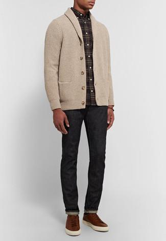 Comment porter: cardigan à col châle beige, chemise à manches longues écossaise noire, jean noir, baskets basses en cuir marron