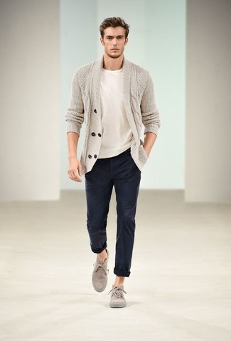 Comment porter: cardigan à col châle beige, t-shirt à col rond blanc, pantalon chino bleu marine, bottines chukka en daim grises