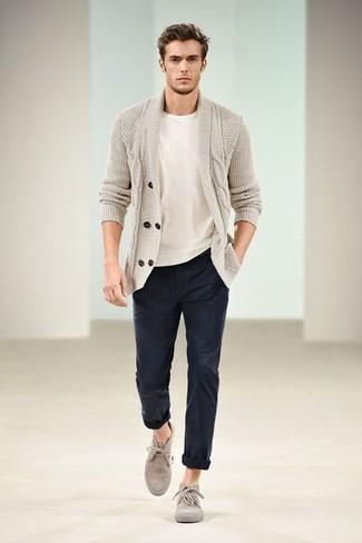 Tendances mode hommes: Pense à marier un cardigan à col châle beige avec un pantalon chino bleu marine pour prendre un verre après le travail. Termine ce look avec une paire de des bottines chukka en daim beiges.