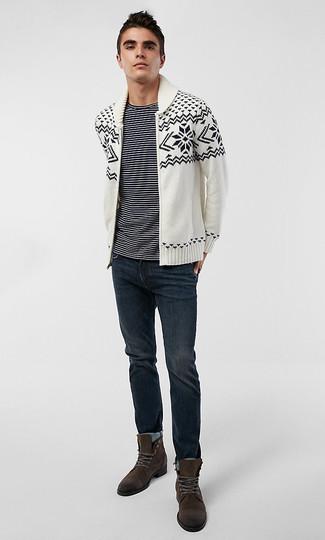 Comment porter: cardigan à col châle en jacquard blanc et noir, t-shirt à col rond à rayures horizontales noir et blanc, jean bleu marine, bottes de loisirs en daim marron foncé