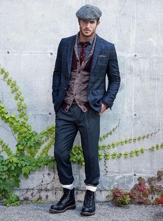 Comment porter: cardigan à col châle bordeaux, blazer à carreaux bleu marine, chemise à manches longues imprimée bleue, pantalon de costume bleu marine