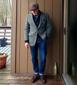 Comment s'habiller après 50 ans: Harmonise un cardigan à col châle bleu marine avec une chemise à manches longues à carreaux blanc et bleu marine pour achever un look habillé mais pas trop.