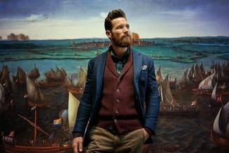 Comment porter: cardigan à col châle bordeaux, blazer bleu marine, chemise à manches longues verte, pantalon chino marron clair
