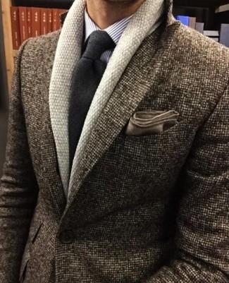 Comment porter: cardigan à col châle beige, blazer en laine marron, chemise de ville à rayures verticales violet clair, cravate en laine gris foncé