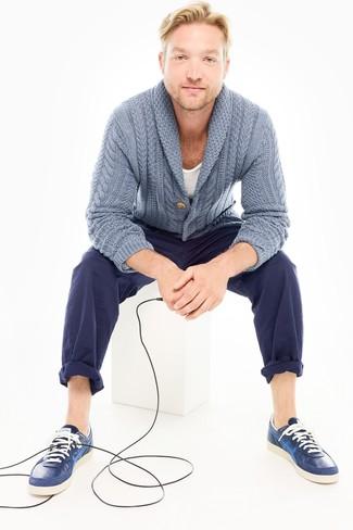 Comment porter: cardigan à col châle bleu clair, t-shirt à col rond blanc, pantalon chino bleu marine, baskets basses en cuir bleu marine