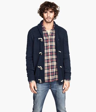 Comment porter: cardigan à col châle bleu marine, chemise à manches longues en flanelle écossaise blanc et rouge et bleu marine, t-shirt à col boutonné beige, jean bleu marine