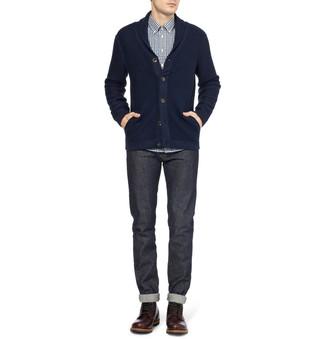 Comment porter: cardigan à col châle bleu marine, chemise à manches longues en vichy blanche et noire, jean gris foncé, bottes de loisirs en cuir marron
