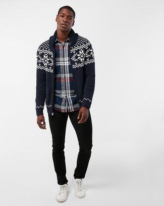 Comment porter: cardigan à col châle en jacquard bleu marine, chemise à manches longues écossaise bleu marine, jean noir, baskets basses en cuir blanches
