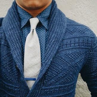 Comment porter: cardigan à col châle bleu marine, chemise de ville á pois bleue, cravate en laine grise