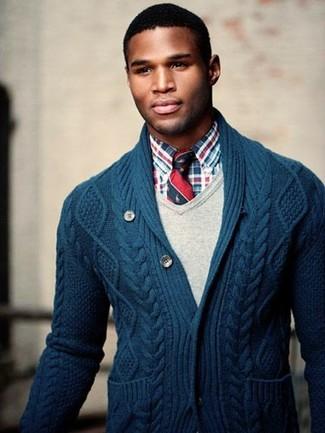 Comment porter: cardigan à col châle bleu marine, pull à col en v beige, chemise à manches longues écossaise rouge et bleu marine, cravate à rayures verticales rouge et bleu marine