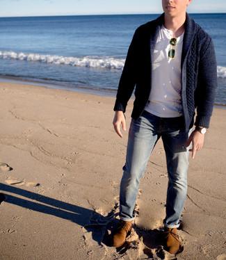 Comment porter: cardigan à col châle bleu marine, t-shirt à col boutonné blanc, jean gris, bottines chukka en daim marron clair