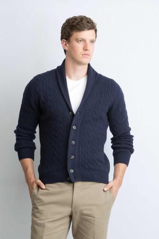 Comment porter: cardigan à col châle bleu marine, t-shirt à col rond blanc, pantalon chino marron clair