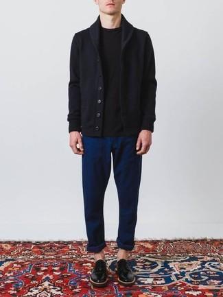 Comment porter: cardigan à col châle bleu marine, t-shirt à col rond noir, pantalon chino bleu marine, chaussures derby en cuir noires