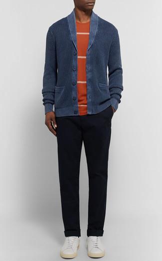 Comment porter: cardigan à col châle bleu marine, t-shirt à col rond à rayures horizontales orange, pantalon chino noir, baskets basses en cuir blanches
