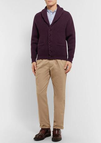 Comment porter: cardigan à col châle bordeaux, chemise à manches longues bleu clair, pantalon chino marron clair, bottines chukka en cuir marron foncé