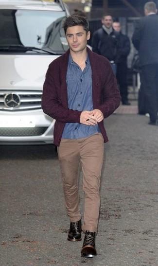 Comment porter: cardigan à col châle bordeaux, chemise à manches longues en chambray bleue, pantalon chino marron clair, bottes de loisirs en cuir noires